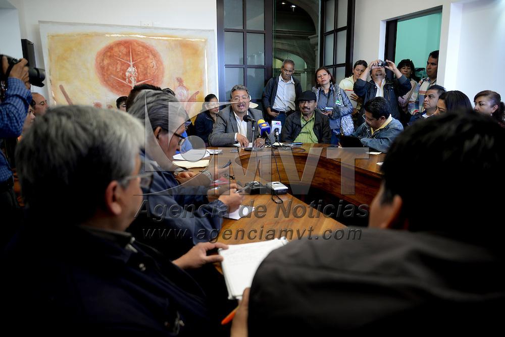 Toluca, México.- Norberto Morales Poblete, diputado local del PT en conferencia de prensa, acompañado por integrantes de la CNTE, indico que se revisarán con detenimiento las leyes secundarias de la reforma educativa,  porque ninguna ley pude pasar si no se ha consultado a los afectados. Agencia MVT / Crisanta Espinosa