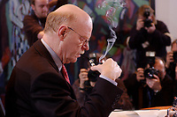 15 JAN 2003, BERLIN/GERMANY:<br /> Peter Struck, SPD, Bundesverteidigungsminister, raucht Pfeife, vor Beginn der Kabinettsitzung, Bundeskanzleramt<br /> IMAGE: 20030115-01-005<br /> KEYWORDS: Kabinett, Sitzung, rauchen, Rauch