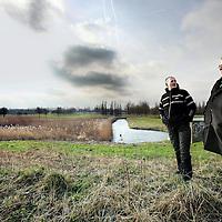 Nederland, Zunderdorp ,  7 februari 2011..Henk Hagedoorn (r) en Kees Poldervaart van Poort van Waterland bij de plek waar een nieuw bezoekerscentrum moet komen..Foto:Jean-Pierre Jans