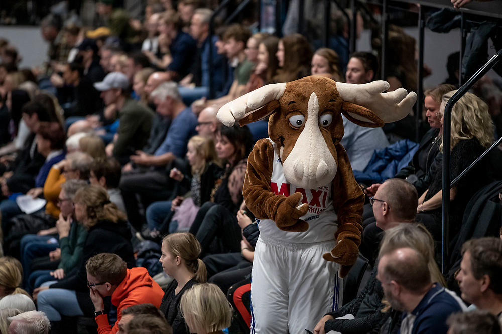 ÖSTERSUND, SVERIGE - 19 OKTOBER 2019 :<br /> Jämtlands maskot Bruce the Moose bland publiken  under matchen i Basketligan mellan Jämtland Basket och Södertälje Kings på Östersunds Sporthall den 19 oktober i Östersund <br /> <br /> (Foto: Per Danielsson/Projekt.P)