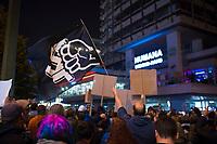 DEU, Deutschland, Germany, Berlin, 24.09.2017: Protestkundgebung vor dem Ort der Wahlparty der Partei Alternative für Deutschland (AfD) am Alexanderplatz. Die AfD wird zukünftig im Deutschen Bundestag vertreten sein.