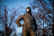 "The sculpture ""Der Hafenarbeiter"" from 1896 by Constantin Meunier at the Frankfurter Friedensbrücke is wearing a face mask."