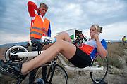 Lieske Yntema rijdt warm. Op maandagochtend vinden de kwalificaties plaats. Het team slaagt er door valpartijen niet in om de rijders en de VeloX V te kwalificeren. Het Human Power Team Delft en Amsterdam (HPT), dat bestaat uit studenten van de TU Delft en de VU Amsterdam, is in Amerika om te proberen het record snelfietsen te verbreken. Momenteel zijn zij recordhouder, in 2013 reed Sebastiaan Bowier 133,78 km/h in de VeloX3. In Battle Mountain (Nevada) wordt ieder jaar de World Human Powered Speed Challenge gehouden. Tijdens deze wedstrijd wordt geprobeerd zo hard mogelijk te fietsen op pure menskracht. Ze halen snelheden tot 133 km/h. De deelnemers bestaan zowel uit teams van universiteiten als uit hobbyisten. Met de gestroomlijnde fietsen willen ze laten zien wat mogelijk is met menskracht. De speciale ligfietsen kunnen gezien worden als de Formule 1 van het fietsen. De kennis die wordt opgedaan wordt ook gebruikt om duurzaam vervoer verder te ontwikkelen.<br /> <br /> The qualifying on Monday. The team didn't qualify due to crashes. The Human Power Team Delft and Amsterdam, a team by students of the TU Delft and the VU Amsterdam, is in America to set a new  world record speed cycling. I 2013 the team broke the record, Sebastiaan Bowier rode 133,78 km/h (83,13 mph) with the VeloX3. In Battle Mountain (Nevada) each year the World Human Powered Speed Challenge is held. During this race they try to ride on pure manpower as hard as possible. Speeds up to 133 km/h are reached. The participants consist of both teams from universities and from hobbyists. With the sleek bikes they want to show what is possible with human power. The special recumbent bicycles can be seen as the Formula 1 of the bicycle. The knowledge gained is also used to develop sustainable transport.