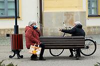 Bielsk Podlaski, 16.04.2020. N/z ludzie w centrum Bielska Podlaskiego pierwszego dnia obowiazkowego noszenia maseczek ochronnych przed koronawirusem fot Michal Kosc / AGENCJA WSCHOD