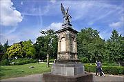 Nederland, Nijmegen, 12-6-2016 Beeld van een engel ter nagedachtenis aan de aanleg van de spoorlijn tussen Kleef en Nijmegen. Ter ere daarvan werd in 1884 dit monument in renaissancestijl opgericht op het Valkhof plein. Op de sokkel zit een engel, voorstellende de gevleugelde Victoria, god van de overwinning, die een lauwerkrans werpt. Het zinken beeld is een kopie van een in de jaren '30 van de 19de eeuw gemaakt marmeren beeld van C.D. Rauch. Het staat aan de ingang van het Valkhof, valkhofpark waar vanwege het mooie weer vandaag veel mensen ontspanning zoeken.Foto: Flip Franssen