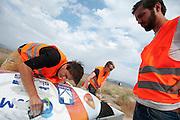 Het team repareert de schade van de valpartijen. Op maandagochtend vinden de kwalificaties plaats. Het team slaagt er door valpartijen niet in om de rijders en de VeloX V te kwalificeren. Het Human Power Team Delft en Amsterdam (HPT), dat bestaat uit studenten van de TU Delft en de VU Amsterdam, is in Amerika om te proberen het record snelfietsen te verbreken. Momenteel zijn zij recordhouder, in 2013 reed Sebastiaan Bowier 133,78 km/h in de VeloX3. In Battle Mountain (Nevada) wordt ieder jaar de World Human Powered Speed Challenge gehouden. Tijdens deze wedstrijd wordt geprobeerd zo hard mogelijk te fietsen op pure menskracht. Ze halen snelheden tot 133 km/h. De deelnemers bestaan zowel uit teams van universiteiten als uit hobbyisten. Met de gestroomlijnde fietsen willen ze laten zien wat mogelijk is met menskracht. De speciale ligfietsen kunnen gezien worden als de Formule 1 van het fietsen. De kennis die wordt opgedaan wordt ook gebruikt om duurzaam vervoer verder te ontwikkelen.<br /> <br /> The qualifying on Monday. The team didn't qualify due to crashes. The Human Power Team Delft and Amsterdam, a team by students of the TU Delft and the VU Amsterdam, is in America to set a new  world record speed cycling. I 2013 the team broke the record, Sebastiaan Bowier rode 133,78 km/h (83,13 mph) with the VeloX3. In Battle Mountain (Nevada) each year the World Human Powered Speed Challenge is held. During this race they try to ride on pure manpower as hard as possible. Speeds up to 133 km/h are reached. The participants consist of both teams from universities and from hobbyists. With the sleek bikes they want to show what is possible with human power. The special recumbent bicycles can be seen as the Formula 1 of the bicycle. The knowledge gained is also used to develop sustainable transport.