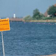 Borden met verboden te zwemmen ivm blauwalgen langs het strand Zomerkade