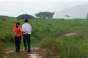 Tiradentes_MG, Brasil...Casal andando na chuva em uma paisagem rural...The couple walking under rain in the rural landscape...FOTO: BRUNO MAGALHAES /  NITRO