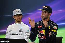 Formel 1: Grosser Preis der USA in Austin, Renntag / 231016<br /> <br /> ***Daniel Ricciardo (AUS) Red Bull Racing with Lewis Hamilton (GBR) Mercedes AMG F1 in the FIA Press Conference.<br /> 23.10.2016. Formula 1 World Championship, Rd 18, United States Grand Prix, Austin, Texas, USA, Race Day.<br /> ***