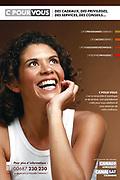 Photographie publicitaire d'une jeune femme riant aux éclats pour une campagne Canal Sat Nouvelle Calédonie.