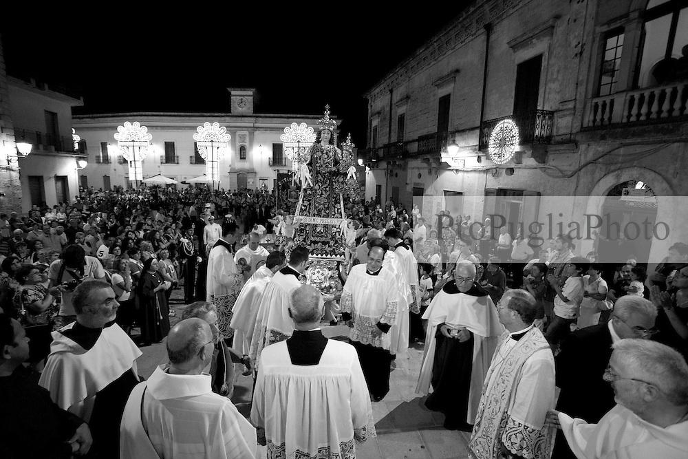 La statua della Madonna del Carmine fa il suo arrivo davanti la chiesa Matrice di Mesagne (Br). Come ogni anno si festeggia la Vergine protettrice del paese per aver salvato la popolazione da un terribile terremoto avvenuto nel 1700 circa.