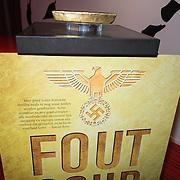 NLD/Amsterdam/20140220 - Boekpresentatie Fout Geld in De Nederlandse Bank, Poster van het boek met baar goud bovenop