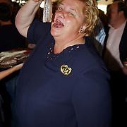 NLD/Bloemenaal/20050601 - Haringparty Showtime Noordzee FM, Erica Terpstra eet een nieuwe haring