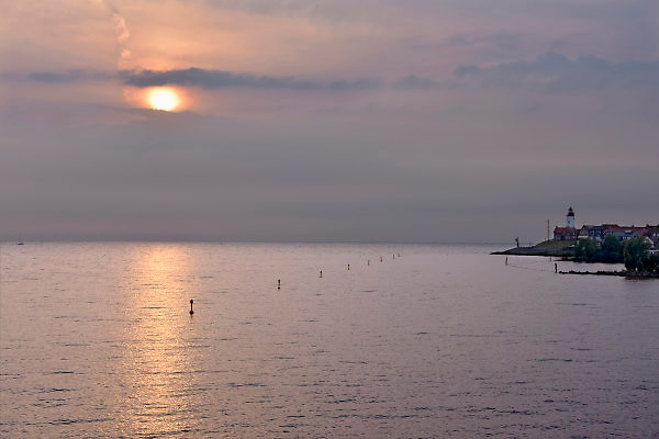 Nederland, the netherlands, Urk, 15-8-2018Zicht op het IJsselmeer met rechts de vuurtoren, bij zonsondergang .Foto: Flip Franssen