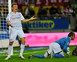 27.08.2010, Fritz Walter Stadion, Kaiserslautern, GER, 1. FBL, 1.FC Kaiserslautern vs Bayern Muenchen, im Bild Ivica Olic (Bayern #11) vergibt und Tobias SIPPEL (Kaiserslauern #1 GER) hat den Ball, EXPA Pictures © 2010, PhotoCredit: EXPA/ nph/  Roth+++++ ATTENTION - OUT OF GER +++++ / SPORTIDA PHOTO AGENCY