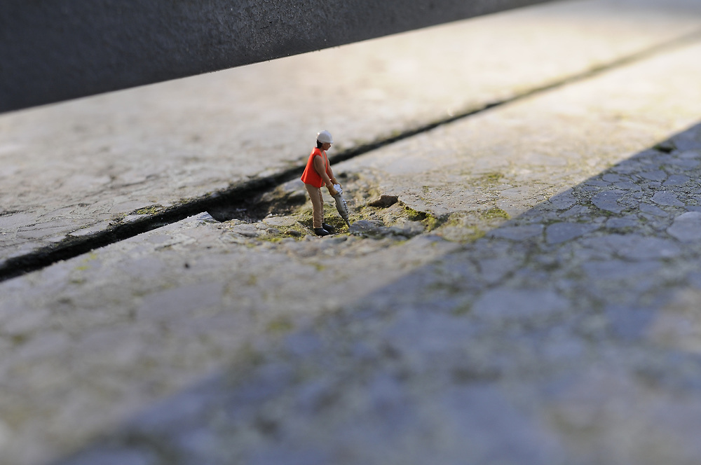 Europa, DEU,Deutschland, Mini Spielzeugfigur bei der Arbeit; Mann  Arbeiter mit Presslufthammer |  Europe, Germany,  tiny toy figure at work, worker  with air hammer  |