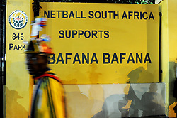 16.06.2010, Versfeld-Stadion, Pretoria, RSA, FIFA WM 2010, RSA, FIFA WM 2010, Südafrika vs Uruguay im Bild Fanfeature Südafrika vor einem Schild Netball South Africa supports Bafana Bafana, EXPA Pictures © 2010, PhotoCredit: EXPA/ InsideFoto/ G. Perottino, ATTENTION! FOR AUSTRIA AND SLOVENIA ONLY!!! / SPORTIDA PHOTO AGENCY