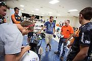 De VeloX 6 wordt gekeurd door de technische commissie. Het Human Power Team Delft en Amsterdam (HPT), dat bestaat uit studenten van de TU Delft en de VU Amsterdam, is in Amerika om te proberen het record snelfietsen te verbreken. In Battle Mountain (Nevada) wordt ieder jaar de World Human Powered Speed Challenge gehouden. Tijdens deze wedstrijd wordt geprobeerd zo hard mogelijk te fietsen op pure menskracht. Het huidige record staat sinds 2015 op naam van de Canadees Todd Reichert die 139,45 km/h reed. De deelnemers bestaan zowel uit teams van universiteiten als uit hobbyisten. Met de gestroomlijnde fietsen willen ze laten zien wat mogelijk is met menskracht. De speciale ligfietsen kunnen gezien worden als de Formule 1 van het fietsen. De kennis die wordt opgedaan wordt ook gebruikt om duurzaam vervoer verder te ontwikkelen.<br /> <br /> The Human Power Team Delft and Amsterdam, a team by students of the TU Delft and the VU Amsterdam, is in America to set a new world record speed cycling.In Battle Mountain (Nevada) each year the World Human Powered Speed Challenge is held. During this race they try to ride on pure manpower as hard as possible. Since 2015 the Canadian Todd Reichert is record holder with a speed of 136,45 km/h. The participants consist of both teams from universities and from hobbyists. With the sleek bikes they want to show what is possible with human power. The special recumbent bicycles can be seen as the Formula 1 of the bicycle. The knowledge gained is also used to develop sustainable transport.