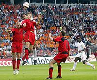 Fotball<br /> Treningskamp<br /> Nederland v Belgia<br /> 29. mai 2004<br /> Foto: Digitalsport<br /> NORWAY ONLY<br /> pierre van hooijdonk, Holland og timmy simons, Belgia