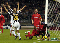 Fotball<br /> Champions League 2004/05<br /> Juventus v Liverpool<br /> 13. april 2005<br /> Foto: Digitalsport<br /> NORWAY ONLY<br /> The Juve players think that they've scored, but Dudek has denied them