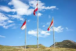 THEMENBILD - 3 Fahnen (v.l. Bundesland Salzburg, Österreich, Bundesland Kärnten) neben der Großglockner Hochalpenstraße. Diese Straße Hochalpenstrasse verbindet die beiden Bundeslaender Salzburg und Kaernten mit einer Laenge von 48 Kilometer und ist als Erlebnisstrasse vorrangig von touristischer Bedeutung, aufgenommen am 09. August 2018 in Fusch an der Glocknerstrasse, Österreich // 3 flags (from the state of Salzburg, Austria, province of Carinthia) next to the Grossglockner High Alpine Road. This Alpine Road connects the two provinces of Salzburg and Carinthia with a length of 48 km and is as an adventure road priority of tourist interest, Fusch an der Glocknerstrasse, Austria on 2018/08/09. EXPA Pictures © 2018, PhotoCredit: EXPA/ Stefanie Oberhauser