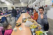 Nederland, the netherlands, Nijmegen, 31-12-2015Op tentenkamp Heumensoord werden nieuwjaarskaarten uitgedeeld aan kinderen van vluchtelingen. De kaarten zijn gemaakt door leerlingen van de basisscholen in Nijmegen. Kinderen voor kinderen.FOTO: FLIP FRANSSEN/ HH