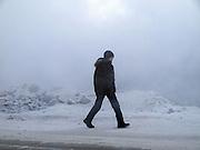 Passant vor entweichendem Wasserdampf aus einer defekten Wasserleitung in Jakutsk. Jakutsk wurde 1632 gegruendet und feierte 2007 sein 375 jaehriges Bestehen. Jakutsk ist im Winter eine der kaeltesten Grossstaedte weltweit mit durchschnittlichen Winter Temperaturen von -40.9 Grad Celsius. Die Stadt ist nicht weit entfernt von Oimjakon, dem Kaeltepol der bewohnten Gebiete der Erde.<br /> <br /> Passersby on a street in Yakutsk. Through a broken warm water pipe condensed water is very fast going up into the air. Yakutsk is a city in the Russian Far East, located about 4 degrees (450 km) below the Arctic Circle. It is the capital of the Sakha (Yakutia) Republic (formerly the Jakut Autonomous Soviet Socialist Republic), Russia and a major port on the Lena River. Yakutsk is one of the coldest cities on earth, with winter temperatures averaging -40.9 degrees Celsius.