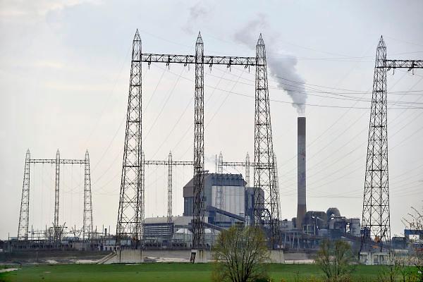 Nederland, Nijmegen, 3-4-2012Rokende schoorsteen van de elektriciteitscentrale van Electrabel, onderdeel van GDF SUEZ Energie Nederland.Foto: Flip Franssen/Hollandse Hoogte