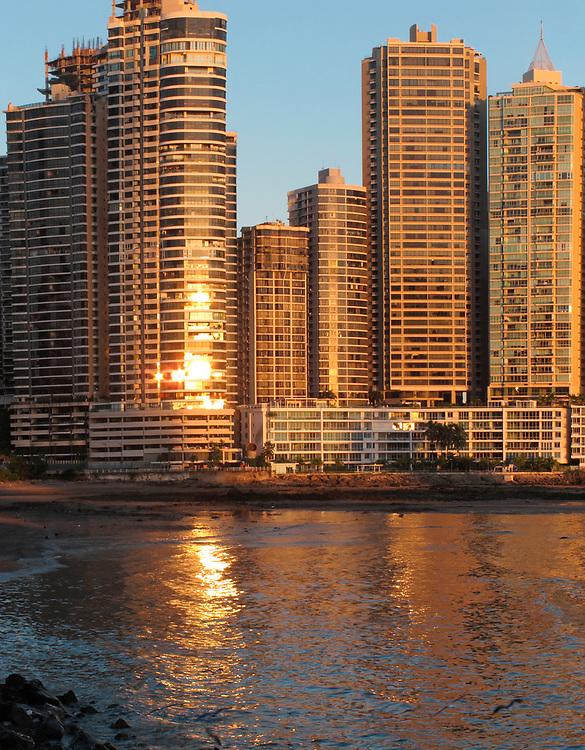 Punta Paitilla / Ciudad de Panamá / Panamá.<br /> <br /> Edición de 5   Víctor Santamaría.