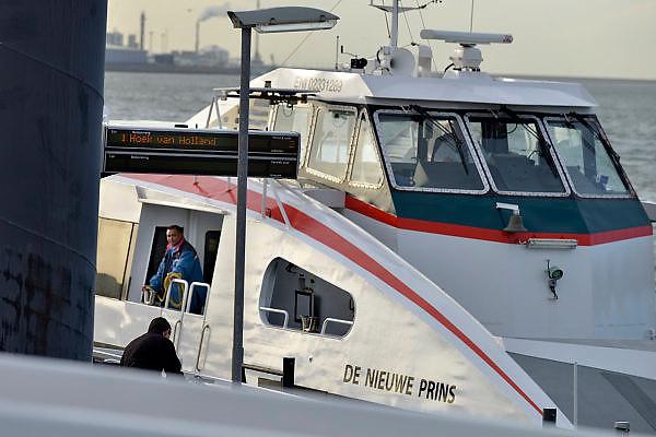 Nederland, Rotterdam, 3-3-2015De veerdienst tussen Rotterdam, de rotterdamse haven, europoort, en Hoek van Holland meert af in de Pistoolhaven. Het is een snelboot, snelle boot, de nieuwe prins geheten.Foto: Flip Franssen/ Hollandse Hoogte
