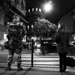 mercredi 26 octobre 2016, 19h25, Paris IX. Légionnaire du 2ème Régiment Etranger d'Infanterie et parisienne échangeant un regard tandis qu'ils attendent au passage piéton.