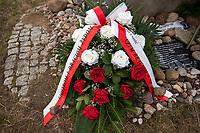 Jedwabne, woj podlaskie, 10.07.2019. Obchody 78. rocznicy mordu na Zydach w Jedwabnem . 10 lipca 1941 roku z rak polskich sasiadow zginelo co najmniej 340 osob narodowosci zydowskiej , ktore zostaly zywcem spalone w stodole . W 2001 r zostal odsloniety pomnik , przy ktorym co roku odbywaja sie uroczystosci upamietniajace te zbrodnie. W tegorocznych obchodach, oprocz przedstawicieli spolecznosci zydowskiej, wzieli udzial rowniez politycy SLD N/z kwiaty przy pomniku ofiar pogromu fot Michal Kosc / AGENCJA WSCHOD