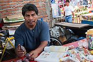 Oaxaca,mercato cittadino. Ritratto a un commerciante del mercato.Oaxaca, city market. Portrait of a dealer market.