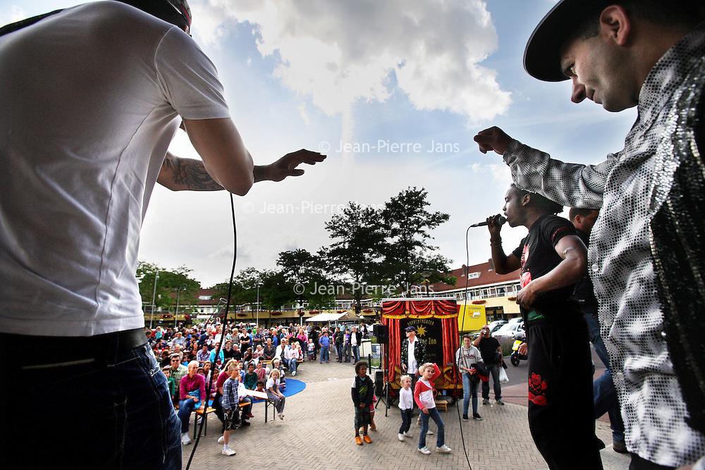 Nederland, Amsterdam , 23 juni 2012.Het noodlijdende Zonneplein in Tuindorp Oostzaan in Amsterdam Noord wordt nieuw leven ingeblazen door het organiseren van de Eerste Amsterdamse Terrasjesdag..Na de sluiting van Het Zonnehuis hebben bezorgde buurtbewoners het plein geadopteerd en actie gevoerd. De actieve bewoners willen niet alleen maar roepen, maar ook iets teruggeven aan het Zonneplein. 'Vandaar de Zonneplein Terrasjesdag met muziek, dans, lekker eten en film kijken in de openlucht (De Jantjes in samenwerking met Eye). Maar ook met de poppenkast van de Dam met Jan Klaassens en Katrijn, kinderdisco, Tarot leggen, een schoonheidssalon voor de vrouwen en nog veel meer', aldus de bedenkster van de Terrasjesdag, Nathalie van Loon. ?.Foto:Jean-Pierre Jans