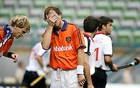 WK Hockey (mannen). Nederland-Spanje 1-1. Teun de Nooijer slaat een hand voor zijn gezicht nadat hij een opgelegde  kans heeft gemist. links Marten Eikelboom.