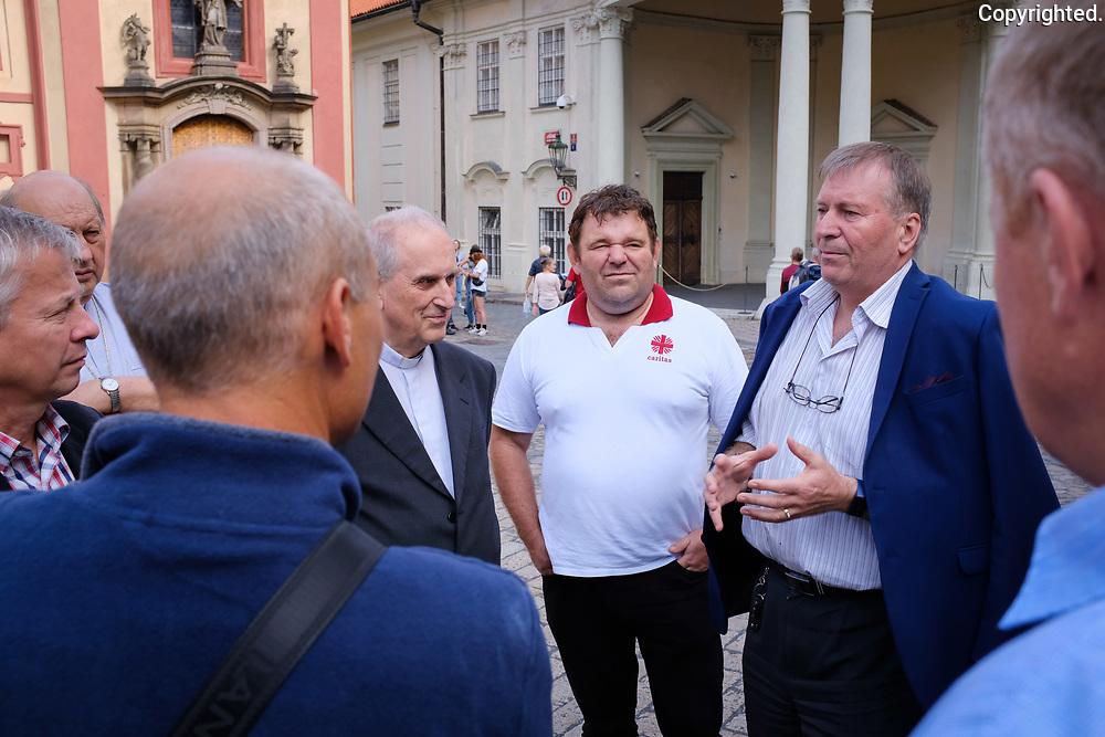 Rad riaditelov dieceznych charit v Prahe za ucasti slovenskych a ceskych riaditelov.