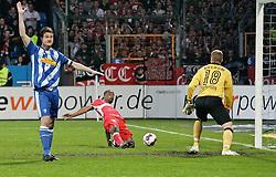 "23.04.2010, Rewirpower Stadion, Bochum, GER, 1.FBL, VfL Bochum vs VfB Stuttgart, im Bild: Jeronimo Barreto Claudemir ""Cacau"" (VFB Stuttgart - BRA #18) schiesst das 0.1 Tor. Rechts Torwart Philipp Heerwagen (VfL Bochum GER #18), links Marcel Maltritz (VfL Bochum GER #4). EXPA Pictures © 2010, PhotoCredit: EXPA/ nph/  Scholz *** Local Caption *** / SPORTIDA PHOTO AGENCY"