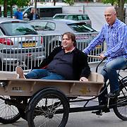 NLD/Amsterdam/20110721 - gaten bij de opname van RTL Tour de Jour, Gert Jakobs en Frank Evenblij in een bakfiets