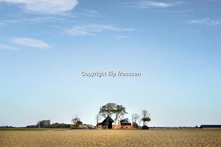 Nederland, Noordpolderzijl, 14-10-2018 In het noordelijk kustgebied van Groningen . Een verlaten, leegstaande boerderij in het weidse landschap. Noordpolderzijl is onderdeel van de gemeente Eemsmond . Foto: Flip Franssen