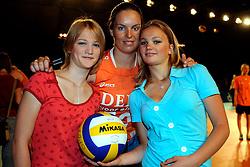10-05-2008 VOLLEYBAL: DELA MEIDENDAG: APELDOORN<br /> Zo n 1500 meisjes woonden de teampresentatie van het Nederlands vrouwenvolleybalteam bij. De DELA meidendag werd weer een groot succes / Janneke van Tienen met Danien en Manon<br /> ©2008-WWW.FOTOHOOGENDOORN.NL