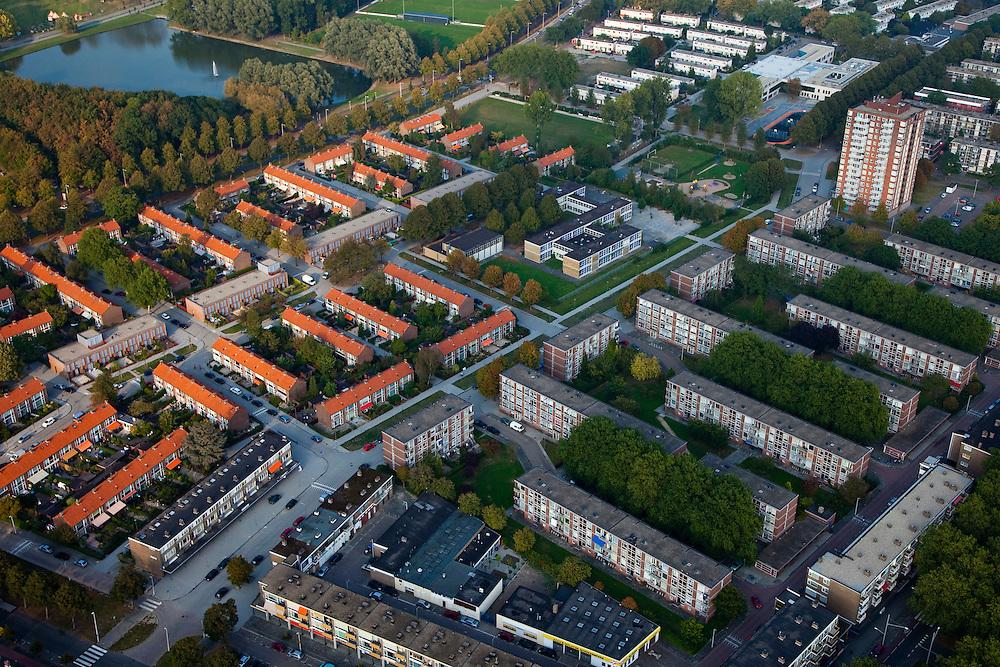 Nederland, Zuid-Holland, Rotterdam 19-09-2009; Rotterdam-Zuid, deelgemeente Charlois, de wijk Pendrecht; ontworpen door stedenbouwkundige Lotte Stam-Beese, gebouwd na de tweede wereldoorlog in verband met  woningnood, veel hoogbouw, galerijflats en portiekwoningen. Verpaupering van de wijk maakt herstructerering nodig..Rotterdam-Zuid, Charlois, the district Pendrecht, designed by urban designer Lotte Stam-Beese, built after the Second World War, because of housing shortage, therefore many high-rise buildings, apartments and gallery porch homes. Impoverishment of the district makes restructuring necessary.luchtfoto (toeslag), aerial photo (additional fee required).foto/photo Siebe Swart