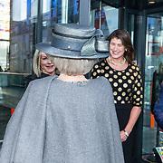 NLD/Hilversum/20181212 - Beatrix onthult nieuwe naam van Sensoor, Monique van Bijsterveld begroet Prinses Beatrix