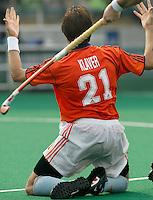 WK Hockey. Nederland-Zuid Afrika 3-0. Karel Klaver, de maker van het tweede doelpunt, vraagt om een strafbal nadat hij hard ten val werd gebracht.