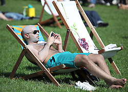 © under license to London News Pictures.  .06/04/2011 Londoners enjoy the sunshine in Green Park..Photo credit should read Craig Shepheard / London News Pictures