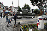 Belgie, Bastogne, 23-9-2008Een sherman tank staat op het marktplein in het centrum van deze stad in Wallonie. In de ardennen lanceerden Duitsland eind 1944 een offensief in een wanhoipige poging het front in het westen te breken. Amerikaanse soldaten van de 101ste parachutisten divisie hielden hier stand en beslisten daarmee de strijd. A Sherman tank is on the market square in the center of this town in Wallonie. In the Arden end of 1944 Germany launched an offensive in an attempt wanhoipige the front in the west to break. American soldiers of the paratroopers division 101ste held position and decided this battle of the BulgeFoto: Flip Franssen/Hollandse Hoogte