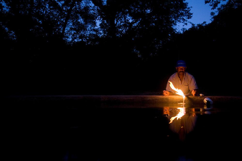 Buritizeiro_MG, Brasil...Homem em uma reserva de gas natural na regiao norte de Minas Gerais...The man in the natural gas reserve at Minas Gerais northern region...Foto: LEO DRUMOND / NITRO