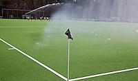 DEN HAAG - Sproeien van het Kunstgras Klein Zwitserland. FOTO KOEN SUYK