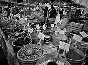 Londyn, 2009-03-06. Stoisko z oliwkami na targu żywności Borough Market