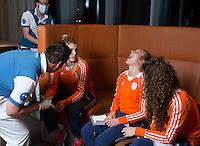 ZWOLLE - Xan de Waard. Bitje happen voor de vrouwen van het Nederlands hockeyteam, Het aanmeten van een mondbeschermer. in aanloop van de Champions Trophy in Mendoza (Argentinie).  COPYRIGHT KOEN SUYK