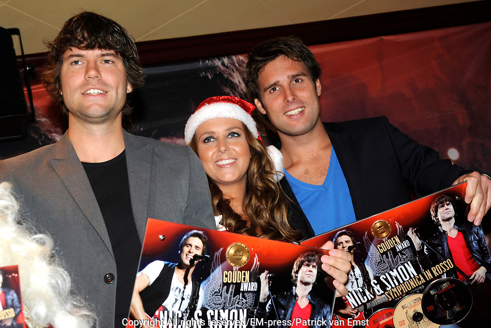 Nick & Simon Symphonica in Rosso CD/DVD presentatie in Hotel Old Dutch, Volendam.<br /> <br /> Op de foto: <br />  Simon Keizer, Monique Smit als Kerstmeisje en Nick Schilder